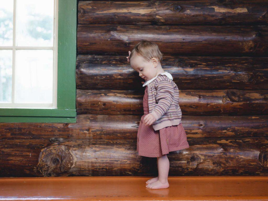 modisches Kind vor Holzwand